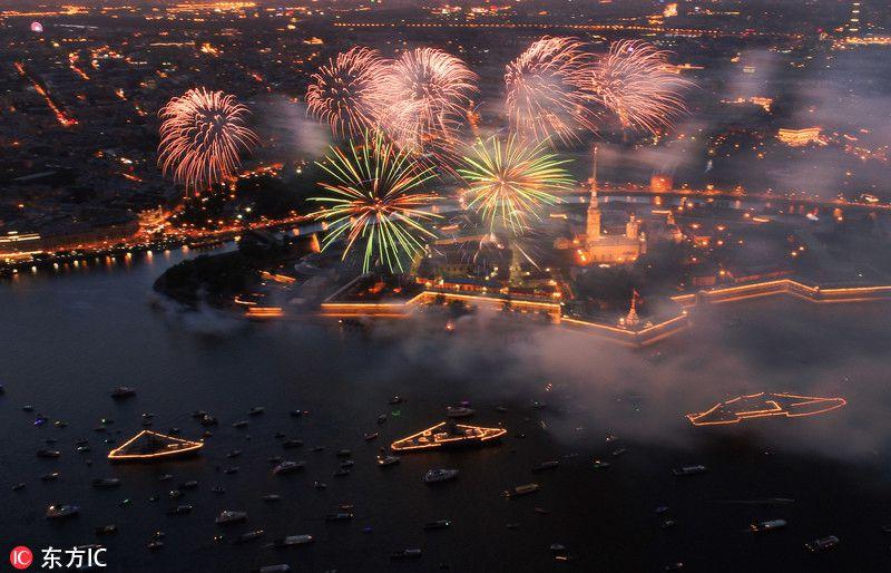 俄罗斯夜空烟花绽放 庆祝海军日