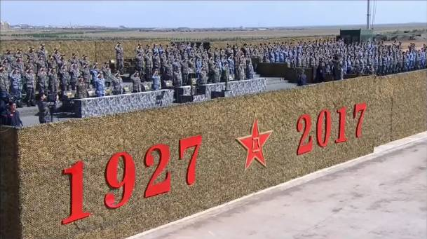 日本网友第一次看中国建军节阅兵直播!满屏的