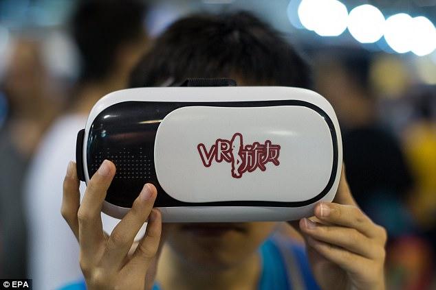 """香港漫展现""""VR旅友"""" 宅男可享受VR约会体验"""