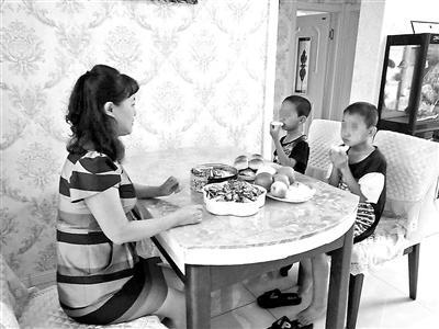 两男孩家人失联吃住在学校4年 民政局:不算孤儿