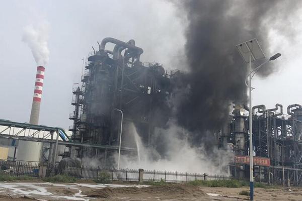 山东东营一化工厂起火 现场浓烟滚滚