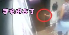 惊险!小女孩乘电梯手被夹门缝 因家长看手机