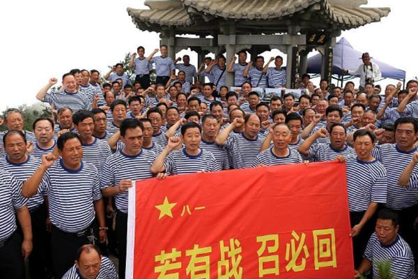 上百退伍老兵登上最高峰 向军旗致敬