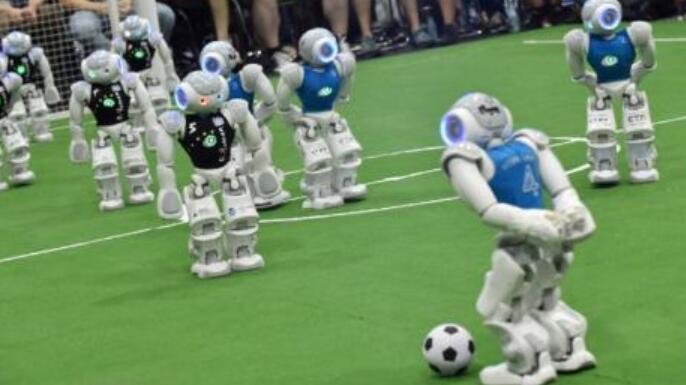"""机器人足球赛:""""硬汉""""驰骋球场 比赛扣人心弦"""