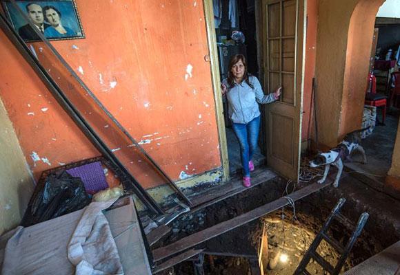 秘鲁一女子坚信自家房下藏金 挖地道寻宝