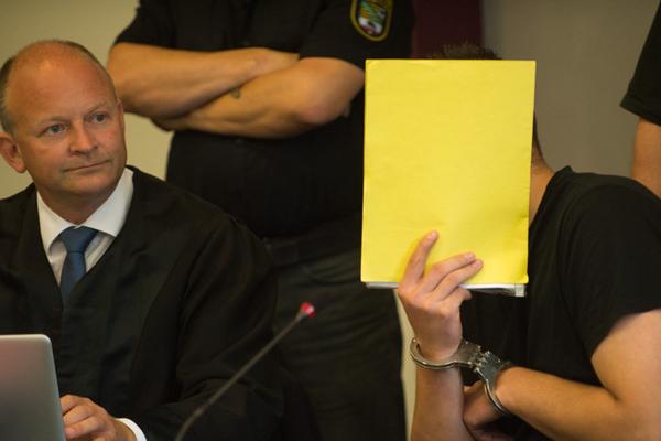 中国留德女学生遇害案继续审理 被告出庭用文件夹挡脸
