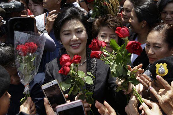泰国前总理英拉赴法庭做最后陈述 千名支持者集会高呼战斗