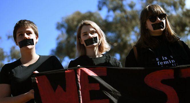 澳洲大学生嘴贴黑胶发起静默示威 抗议校园性侵