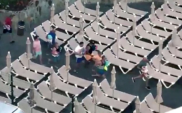 拼速度! 游客在西班牙度假胜地疯狂抢占太阳躺椅