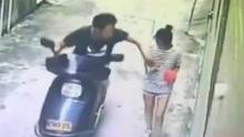 摩托男强摸女孩胸部后逃逸 女孩反应令人意外