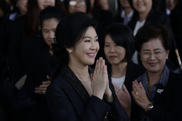英拉抵达法院 民众戴彩绘白手套支持
