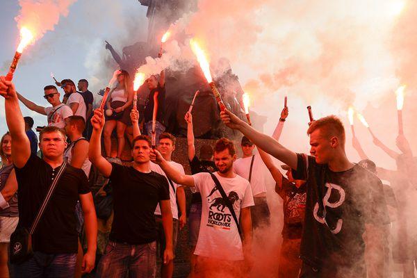 波兰纪念华沙起义73周年 民众燃放焰火