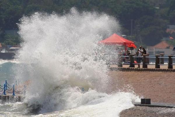 """台风""""海棠""""过境青岛 海边掀巨浪"""