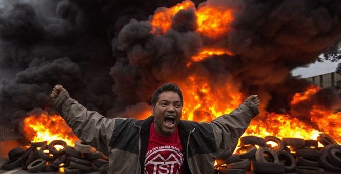 巴西议会表决总统受贿案 示威者焚烧轮胎抗议施压
