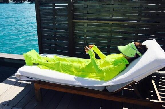安以轩携富豪老公海岛度蜜月 与30只鲨鱼海中同游