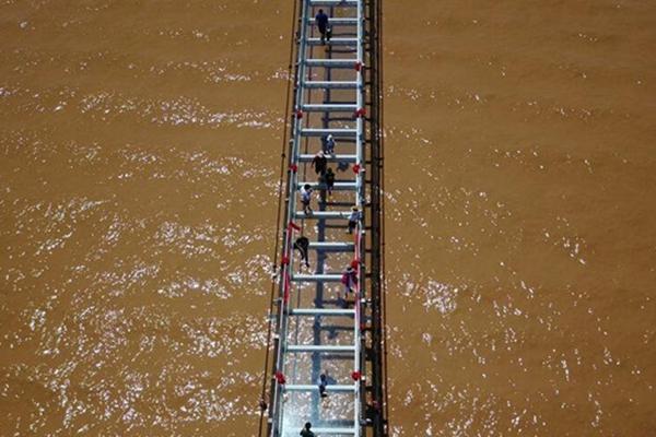 横跨黄河玻璃桥 惊艳亮相沙坡头