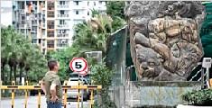 男子把10吨雕像立小区门口 只为朋友串门好认路