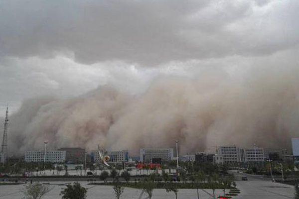 内蒙古出现强沙尘暴