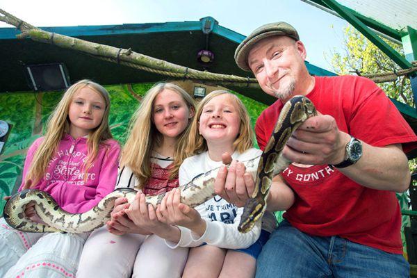 英男子555万元买下动物园 携妻女与300余只动物生活