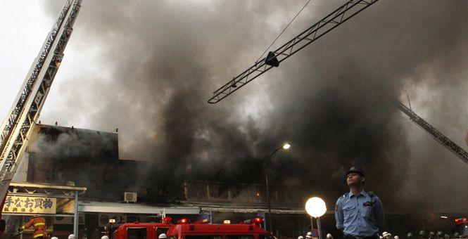 东京筑地场外市场起火 滚滚浓烟直冲半空