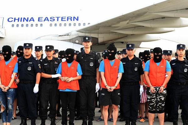 58名嫌疑人被押解回国 与飞机大合照