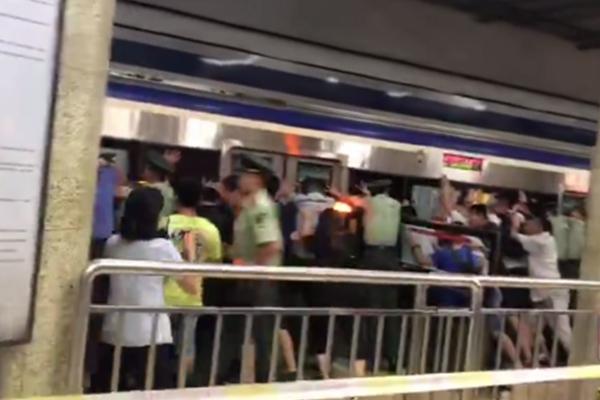 北京地铁乘客被卷入站台缝隙 众人合力推车