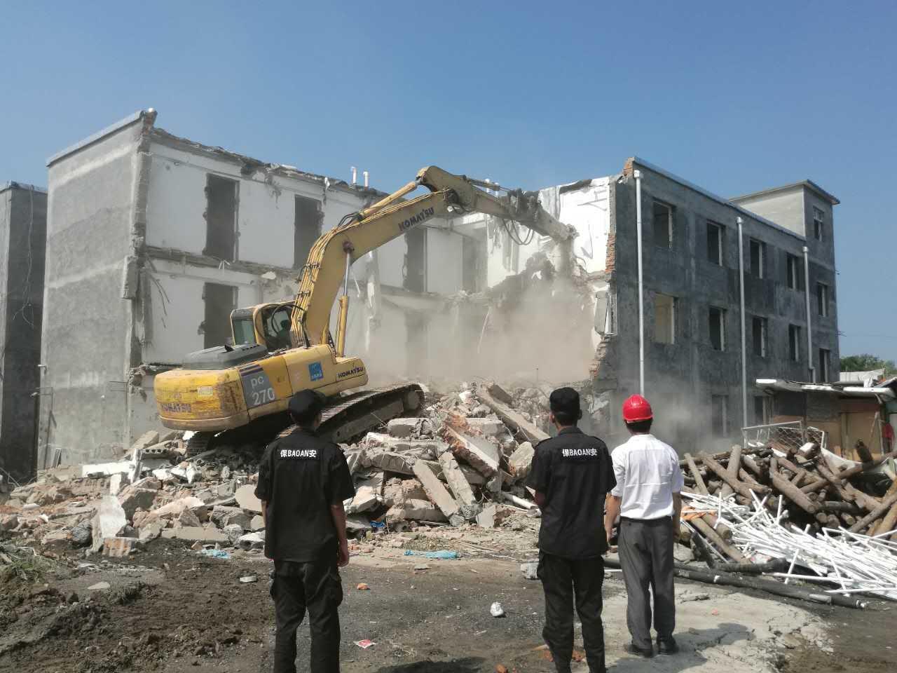 消防安全隐患严重   4栋建筑被依法拆除