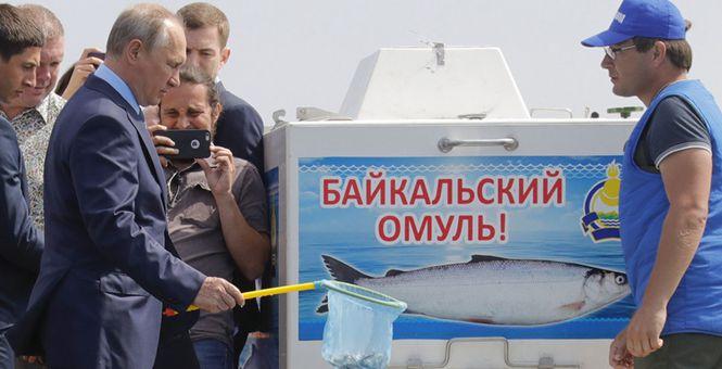 普京走访布里亚特共和国 在贝加尔湖放生鱼一脸认真
