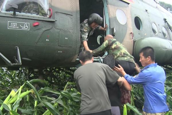 辽宁岫岩强降雨致300多人被困 直升机救援
