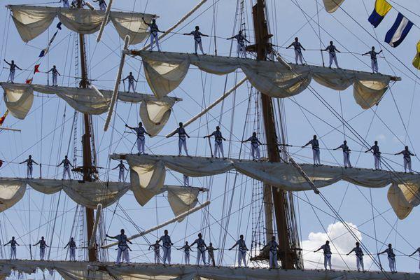 墨西哥训练舰驶入菲律宾港口 水手风帆上亮相