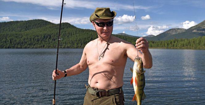 普京现身图瓦共和国度假 光膀子捕鱼心情大好