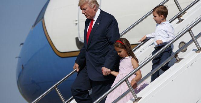 特朗普迎来任内首次正式休假 手牵外孙女下飞机好外公上线