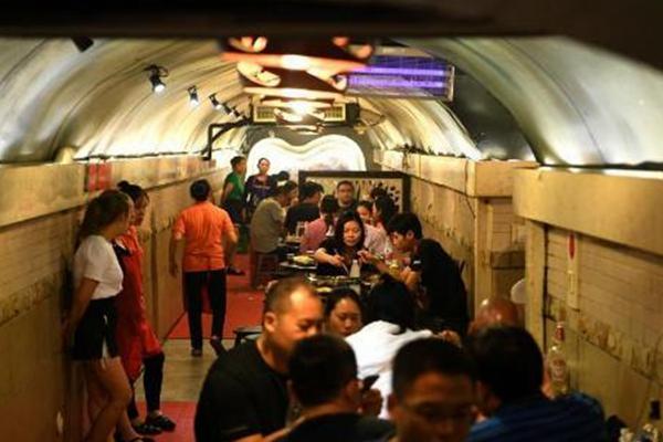 重庆高温持续 市民在防空洞内吃火锅