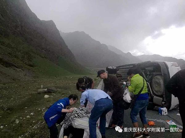 男子西藏遇车祸 医院院长不顾高原反应施救