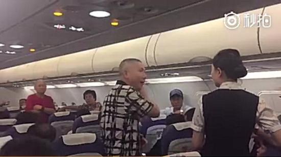深航一乘客疑因机舱温度过高晕倒 抢救致航班延误