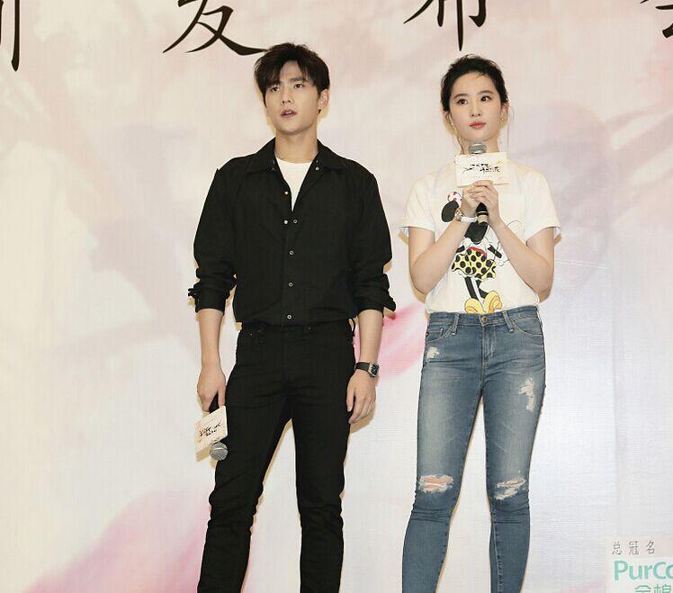 刘亦菲穿白T紧身牛仔裤显休闲 少女感十足
