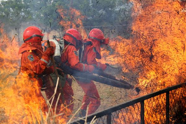 """烈日中进""""火场""""  战士在35度高温中进行灭火训练"""
