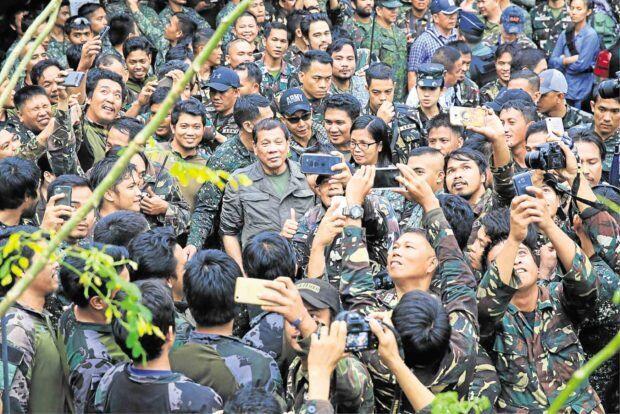 杜特尔特鼓励前线作战士兵:活着,打完仗政府出钱免费香港游玩