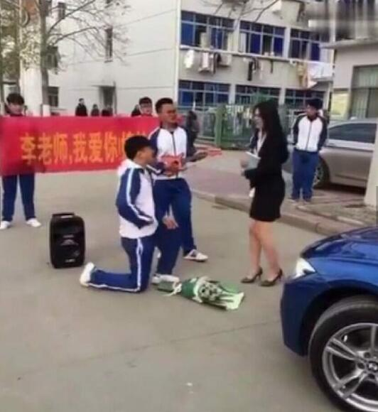 美女老师被土豪学生求婚 摔琴扔花甚是尴尬