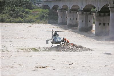我军直升机艺高人胆大:悬停救援洪水围困群众