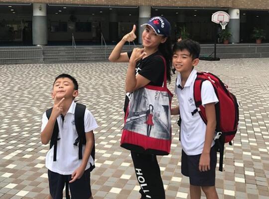 张柏芝送儿子上学遇跟拍 为影响到他人感到尴尬