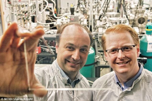 德国卡尔斯鲁厄理工学院太阳能电池技术新突破:眼镜变身手机充电器