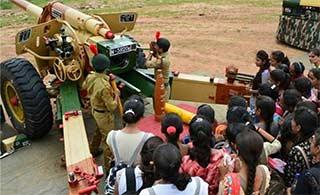印度军营开放日展示现役装备