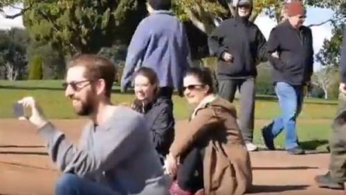 围观群众看上去很开心的样子(新西兰先驱中文网微信公众号)