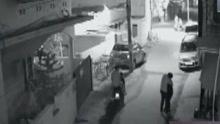 监控拍下男子搂抱女子 联合同伴试图扒衣猥亵