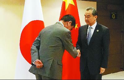 7日,中国外交部长王毅在马尼拉出席东亚合作系列外长会期间,会见新任日本外相河野太郎。