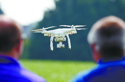 大疆无人机在美国被用到从军事和民用的许多领域。图为美国谷物种植者协会展示如何使用无人机。