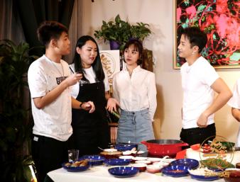 李茂《欠你一顿饭》卖力学厨邀粉丝直播现场品美食