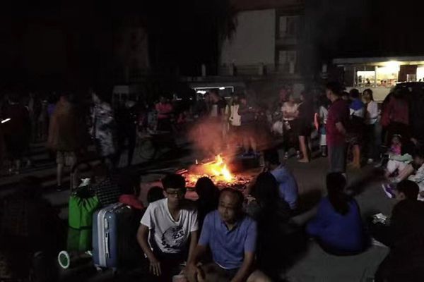 四川九寨沟地震后游客被困 裹棉被生篝火取暖