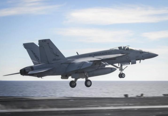美国战机刚要在航母降落 背后飞来一架伊朗无人机